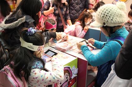 海外の女児市場を中心にシリーズ累計売上1,200万本超のクッキングママシリーズ 「次世代ワールドホビーフェア'12 Winter」 出展報告 クッキングママブースで、女児5,000人超がゲーム体験 ! その様子を掲載した「ママ日記」ブログ公開中。