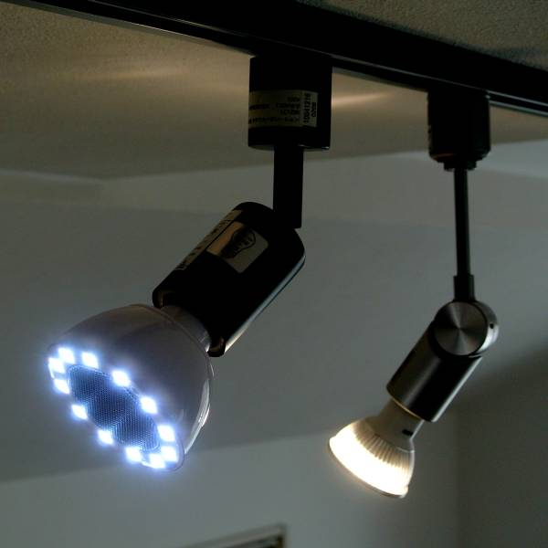 【上海問屋限定販売】頭上から音のシャワー 音楽を聴きながらLEDで照らす LEDライトワイヤレススピーカー販売開始