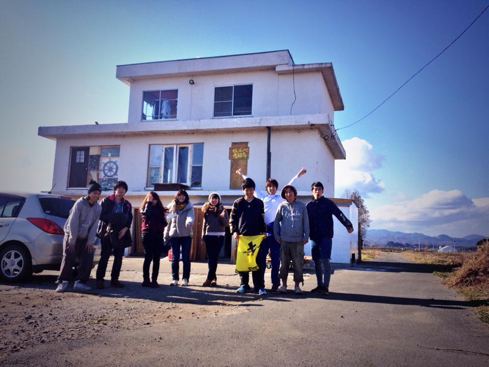 学生が南相馬に震災で大破した家を1から直してゲストハウスに 全国から100人以上の若者がゲストハウスを作りに集まる