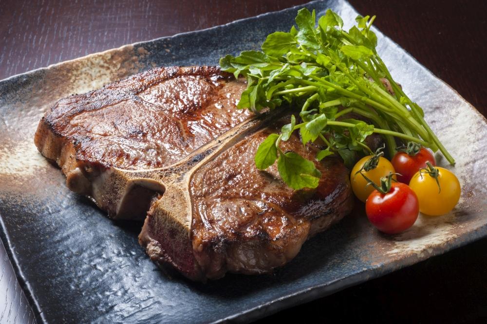 Tボーンステーキを、日本酒で。箸休めに新鮮な本鮪もどうぞ。<br />おとなのネオステーキ酒場「いろにしき」 オープン3ヶ月記念!<br />日本酒スタンプラリー&フリーフローを開始