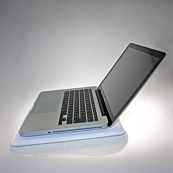 【上海問屋限定販売】柔らかいけど安定感抜群 使わない時は枕に変身 ノートパソコン用低反発クッション膝置き台 販売開始
