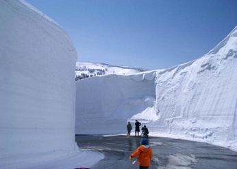 『見晴るかす雪原を歩いたあとは温泉でほっこり』