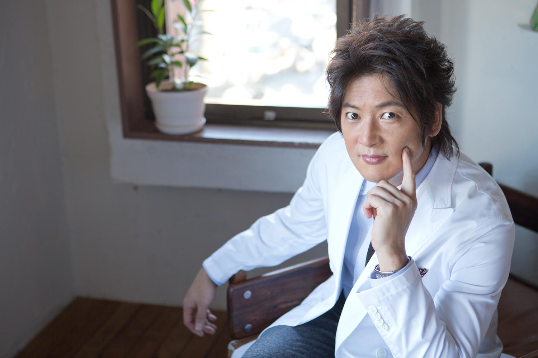 イオンリンク株式会社は2月8日、イオンスクエアの新サービス「くらしの総合研究所(くら総研)」で、主席研究員に就任した俳優 細川茂樹さんが「生活と消費スタイル」について語ったインタビュー記事の掲載について発表しました。