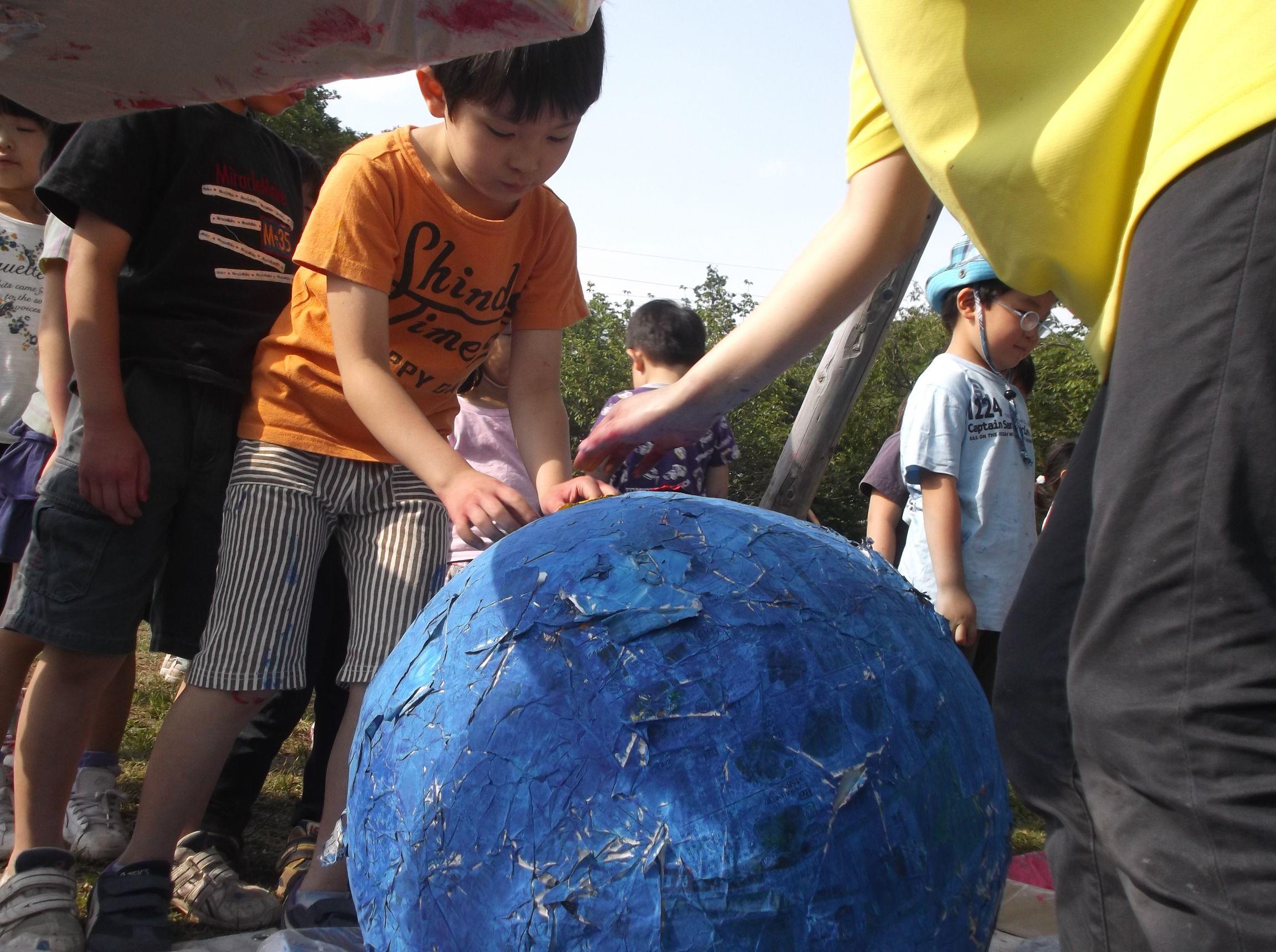 子ども向けアート教室の「Abrakadoodle」(アブラカドゥ-ドル) 野外アートイベントを開催しました ~未来に残したいきれいな地球を作ろう!~