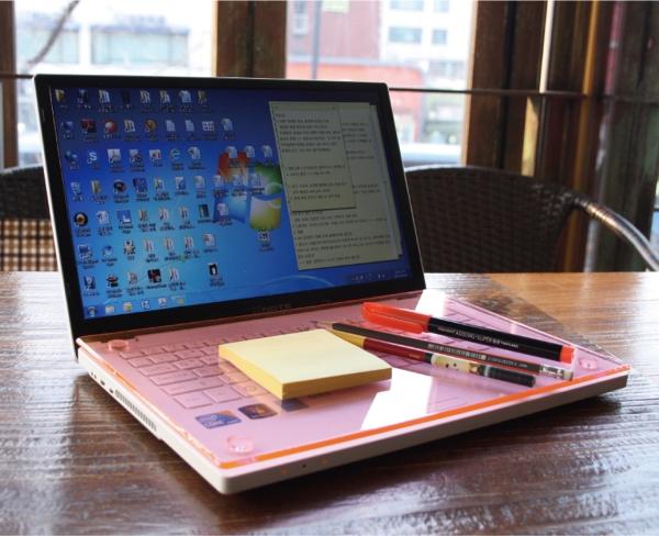 【上海問屋限定販売】ノートPCのキーボード上をテーブルにしてしまおう 乗り物に乗っている時など大変便利です 15インチノートPC用アクリルテーブル販売開始
