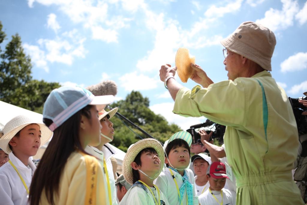 ~ミツバチの生態を通して自然の大切さを学ぶ~ 山田養蜂場の教育支援活動「みつばち教室」を いまばり緑化フェア2015にて開催 4月19日(日) 場所:しまなみアースランド(愛媛県 今治市)