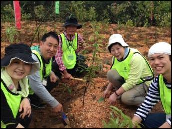 ~未来の子供たちへ、豊かな自然を届けるために~ 中国広州市採石跡地の森林破壊を植樹で救う、5ヵ年プロジェクトを開始 初年度 約1,000本の試験植樹を実施 ~2020年までに約20万本の植樹を予定~