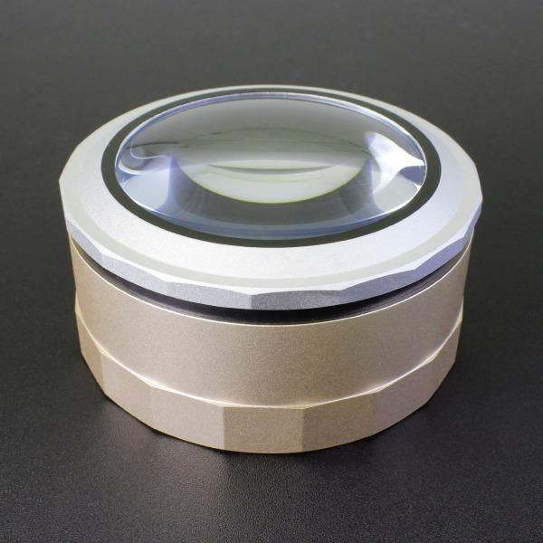 【上海問屋限定販売】 触るだけでLEDライトが点灯 持たなくていいから手がつかれない タッチライト式LED搭載 卓上拡大鏡 販売開始