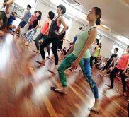 「動く瞑想」ピラティス。道具を使うことでよりマインドフルな動きに。 日本ではまだめずらしい、専用の道具を取り入れたクラス。 秋の新クラス!流れるような動作を可能にする新感覚のスライド ディスクを使用した特別レッスン開催