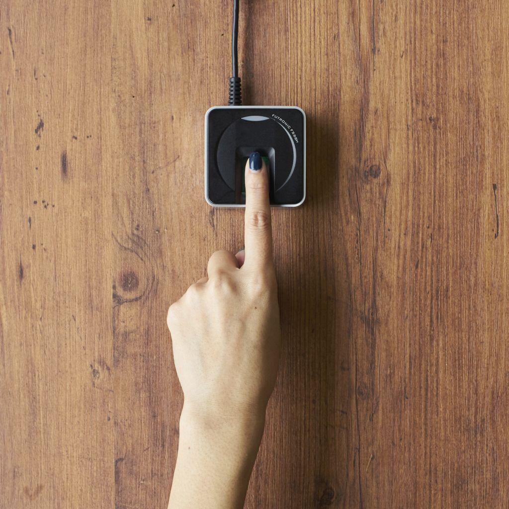 """〜経済産業省「IoT推進のための新ビジネス創出基盤整備事業」〜 2020年の社会実装に向けた次世代指紋認証システム「Touch&Pay」 10月より日本全国の施設へ本格導入開始 """"ゆびさき""""が財布やパスポート代わりに! 最新IoT技術でストレスフリーのおもてなし大国へ"""