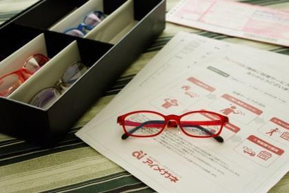 自宅でメガネの無料試着ができる「アイメガネ オムニサイト」 メガネご自宅試着取寄せ体験キャンペーンを8月より実施 ~お子さまのメガネ選びにも大変好評です~