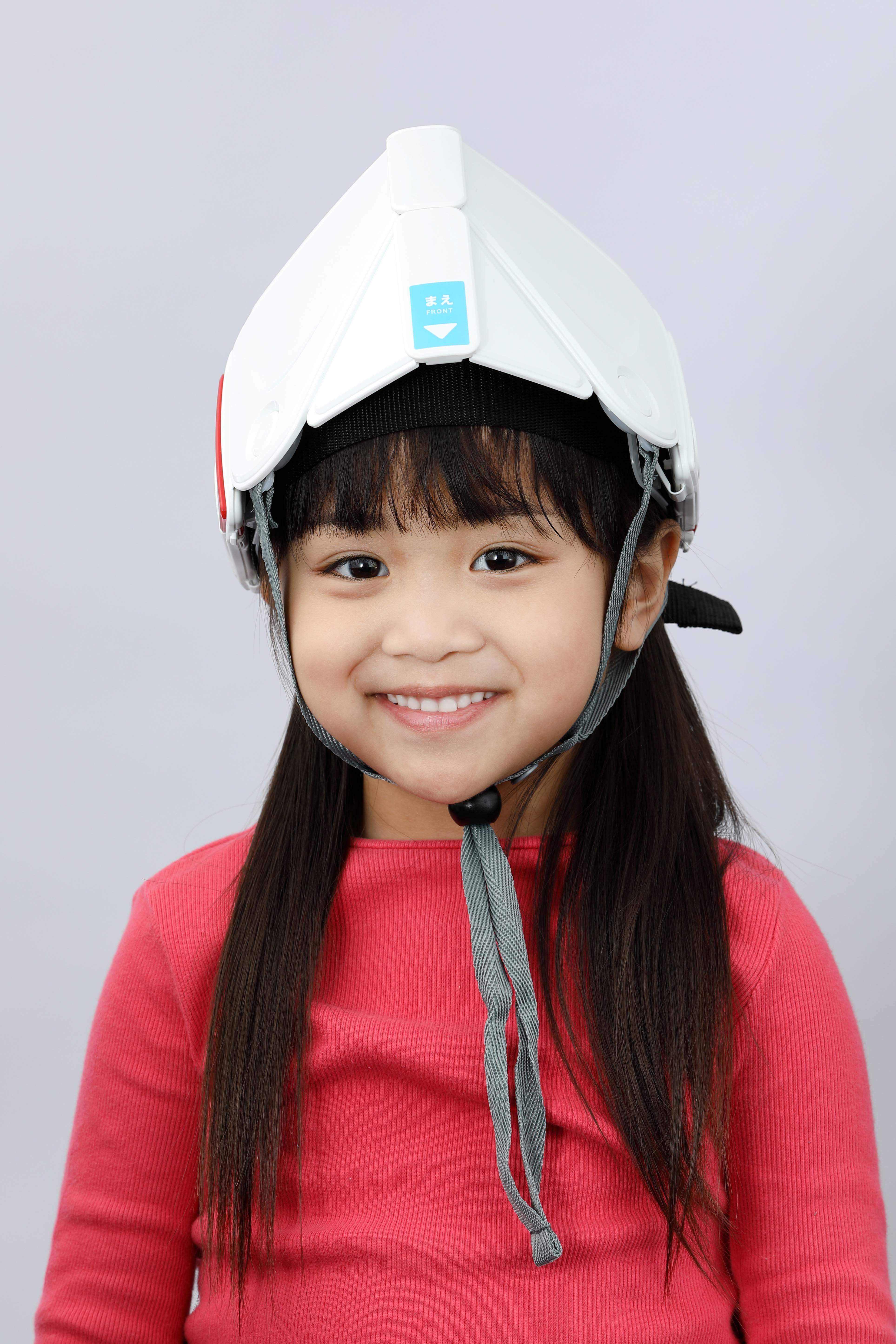 学校の机に備えておける子ども用折りたたみ防災ヘルメット「フラットメット キッズ」 6月21日新発売 <国家検定合格品>折りたためばランドセルにも収納可能<br />【同時調査】小学生保護者の4割が防災頭巾の安全性に不安<br />学校における子ども専用の防災ヘルメット備蓄率は2割に留まる